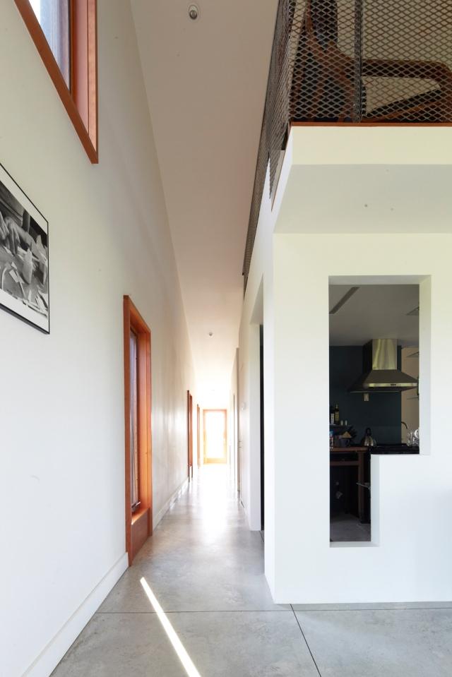 extended-treanor-residence-hallway